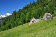 Arquitectura de piedra tradicional de la montaña casa alpestre Foto de archivo libre de regalías