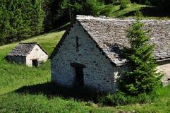 Arquitectura de piedra tradicional de la montaña casa alpestre Imágenes de archivo libres de regalías