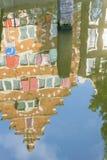 Arquitectura de Refected, fachada del aguilón de Amsterdam en refl de las casas de fila Fotografía de archivo