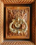 Arquitectura decorativa del golpeador del tirador de puerta en la madera Imagen de archivo libre de regalías