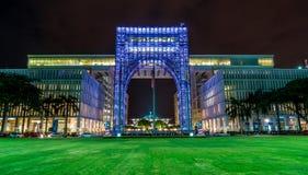 Arquitectura del arco del edificio del acero inoxidable en la noche Fotografía de archivo libre de regalías