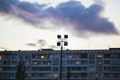 Arquitectura del ghetto el hundimiento de la Unión Soviética Eco de la URSS Casas de gran altura del país por la tarde en el dist imágenes de archivo libres de regalías