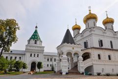 Arquitectura del monasterio de Ipatievsky de la trinidad santa Aquí el primer zar de la dinastía de Romanov Anillo de oro de Rusi Imágenes de archivo libres de regalías