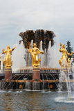 Arquitectura del parque de la ciudad de VDNKh en Moscú Amistad de la fuente de la gente Foto de archivo libre de regalías