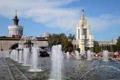 Arquitectura del parque de VDNKH en Moscú Fuente de piedra de la flor Imágenes de archivo libres de regalías