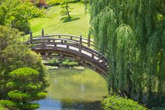 Arquitectura del puente en un jardín japonés hermoso fotografía de archivo