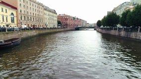 Arquitectura del río y del edificio del paisaje de la ciudad en la opinión aérea del centro histórico almacen de metraje de vídeo