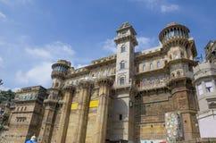 Arquitectura en la ciudad de Varanasi de la India en el río Ganges Foto de archivo