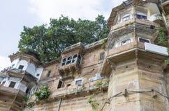 Arquitectura en la ciudad de Varanasi de la India en el río Ganges Imagen de archivo libre de regalías