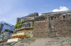Arquitectura en la ciudad de Varanasi de la India en el río Ganges Fotos de archivo libres de regalías
