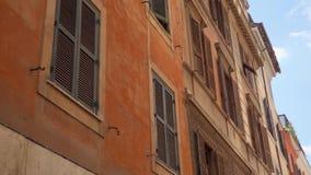 Arquitectura europea histórica Exterior del edificio residencial viejo en el centro de Roma, Italia almacen de metraje de vídeo