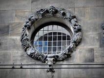 Arquitectura exquisita de Amsterdam, de las fachadas de piedra y de los elementos del diseño El viajar a Europa fotos de archivo libres de regalías