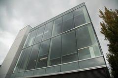 Arquitectura exterior superficial de cristal constructiva del negocio moderno imágenes de archivo libres de regalías