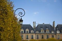Arquitectura francesa clásica con la lámpara de calle foto de archivo