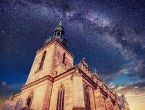 Arquitectura fuera de la iglesia Cielo estrellado de la noche Añejo retro Foto de archivo libre de regalías