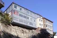 Arquitectura georgiana tradicional con los balcones de madera en la pieza histórica de Abanotubani de Tbilisi cerca de la cascada Fotografía de archivo libre de regalías