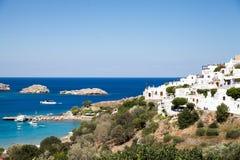 Arquitectura griega típica Casas blancas en el fragmento de la costa Foto de archivo