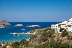 Arquitectura griega típica Casas blancas en la costa Imágenes de archivo libres de regalías