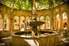 Arquitectura histórica - fuente en la abadía de Valmagne, Francia Fotos de archivo libres de regalías