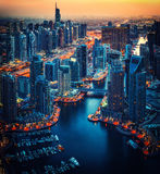 Arquitectura iluminada del puerto deportivo de Dubai por noche Horizonte azul escénico de la hora Imagen de archivo