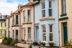 Arquitectura inglesa típica, edificios residenciales en fila alo Foto de archivo libre de regalías