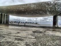Arquitectura inusual, reflexión, árboles Imagen de archivo libre de regalías