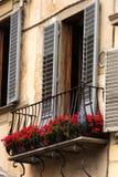 Arquitectura italiana y balcones decorativos Imágenes de archivo libres de regalías