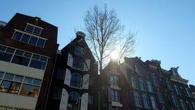 Arquitectura magn?fica de las casas de Amsterdam Las casas se inclinan en diversas direcciones Las fachadas de las casas metrajes