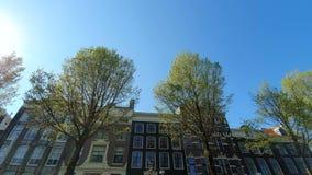 Arquitectura magn?fica de las casas de Amsterdam Las casas se inclinan en diversas direcciones Las fachadas de las casas almacen de video