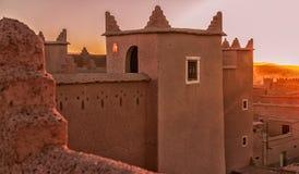 Arquitectura marroquí tradicional hecha de ladrillos de adobe de la arcilla Imagen de archivo libre de regalías