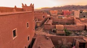 Arquitectura marroquí tradicional hecha de ladrillos de adobe de la arcilla Foto de archivo