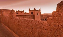 Arquitectura marroquí tradicional hecha de ladrillos de adobe de la arcilla Imagenes de archivo