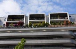 Arquitectura moderna - casa con diversos balcones imagenes de archivo