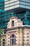 Arquitectura moderna combinada con el edificio histórico fotos de archivo