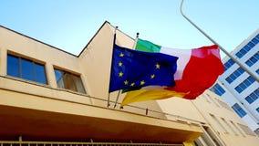 Arquitectura moderna con la UE y las banderas italianas Foto de archivo