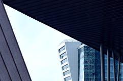 Arquitectura moderna de los altos edificios y centros de negocios de la subida Foto de archivo