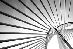 Arquitectura moderna del puente en Putrajaya (blanco y negro) Fotos de archivo libres de regalías