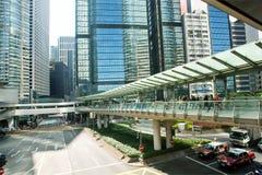 Arquitectura moderna del vidrio y del hormigón en una ciudad enorme con los coches de Hong Kong Fotos de archivo libres de regalías
