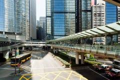 Arquitectura moderna del vidrio y del hormigón en una ciudad enorme con los coches de Hong Kong Fotografía de archivo
