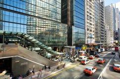 Arquitectura moderna del vidrio y del hormigón en una ciudad enorme con los coches del taxi en los caminos anchos Imagen de archivo