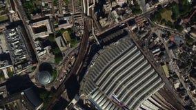 Arquitectura moderna el día soleado en el centro de la ciudad de Londres en paso elevado aéreo del panorama del abejón almacen de metraje de vídeo