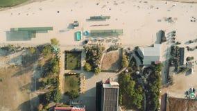 Arquitectura moderna en una costa, visión aérea de la ciudad metrajes