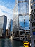 Arquitectura moderna a lo largo del río Chicago, con la torre del triunfo imágenes de archivo libres de regalías