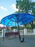 Arquitectura moderna, paraguas azul, Kamenets-Podolsky, Ucrania fotografía de archivo libre de regalías