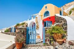 Arquitectura nacional hermosa en la ciudad de Oia, isla de Santorini, G Imagenes de archivo