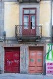Arquitectura portuguesa antigua: Puertas coloridas viejas, fachada y Foto de archivo