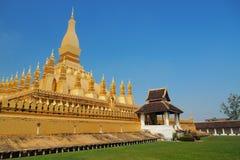 Arquitectura religiosa y señal, templo de oro de Wat Phra That Luang Buddhist de la pagoda en Vientián, Laos Imagenes de archivo