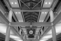 Arquitectura simétrica con el reloj en el centro fotos de archivo