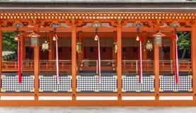 Arquitectura sintoísta tradicional y linternas de piedra en Fushimi adentro fotos de archivo libres de regalías