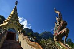 Arquitectura tailandesa, contraste de templos y montañas, Tailandia foto de archivo